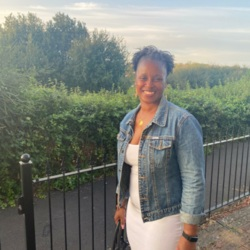 Temi is looking for singles for a date