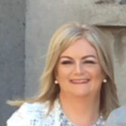Aine is looking for singles for a date